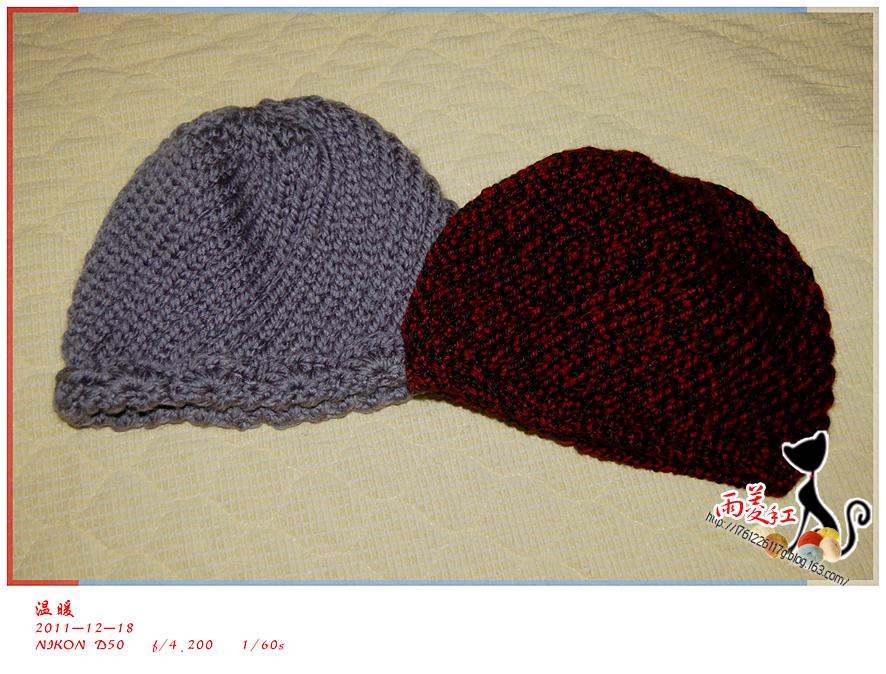 天冷了,想给婆婆织顶帽子。但织帽对我来说有点难。织前从网上找视频,选了个花样简单教程又详细的看了几遍,终于掌握了基本的方法。这种织法叫情人网(视频地址:http://v.youku.com/v_show/id_XMzI2NTIxMzY4.html)。 二姐也想给她婆婆织帽子,她虽然很会弄,但没时间。好吧,两顶帽子都交给我了。 用了一天的时间在家琢磨,不会了就再去看会儿视频。终于在晚饭前完成了。在吃饭端碗的时候才感觉到右手虎口竟然微微的有点疼,看了一下,还红了。虽然这样,帽子的效果还算好吧。让高手见笑了。: