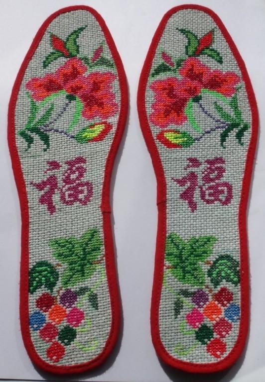 准确说算不上十字绣,因为鞋垫的布并不是咱们用来十字绣的那种格子布.
