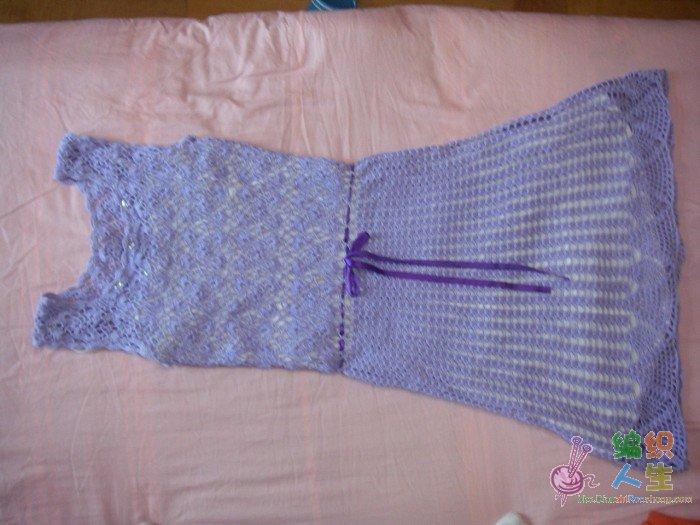 钩针连衣裙,上衣是随便找了一线连花样,裙子是贝壳花,下面一排菠萝