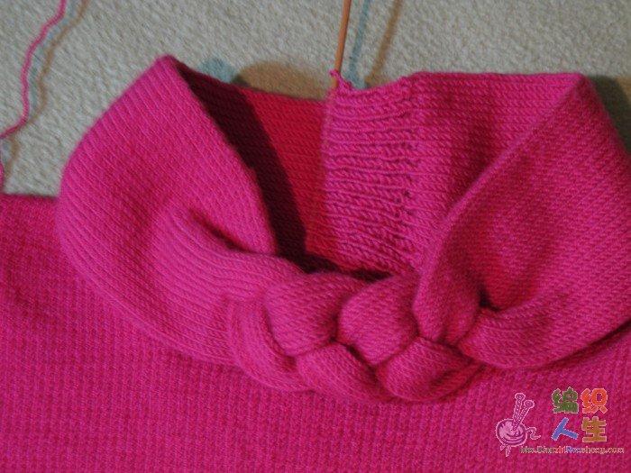 编织心得:应该讲这件毛衫是我编织以来技术含量最高的一件,我把从网上学到的有关编织技巧方面的知识能用到的全用上了,比如:先织样片以此计算针数,袖子的收针、起针、无缝连接方法等。这件毛衣花样编织上没有什么难度,可能比较麻烦的就是领子部分了。我是先量好领围,计算好中央辫子部分所需尺寸,先织平针部分,采用下针织上针划过的方法,起针36针,按计算好辫子部分的长短及宽窄尺寸编织,辫子部分三等分分别编织,手工编辫子,辫子编好后再合起来编织,是有点麻烦,而且很费线,仅领子部分用了整整一团线。不过效果很好。最初设想将领子部
