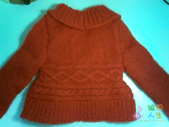 看见这件小外套是真是喜欢得不得了,就想仿给女儿穿。但是图中有很多地方看不懂,问了周围很多人才织成了。 我用的是马海毛线,2股编织,用线量2两多一些。按照4岁的图案编织的(可能是由于线细,导致衣服不大,但宝宝还不到两岁所以穿着正好。) 编织时拍了一些过程也一同发上来。