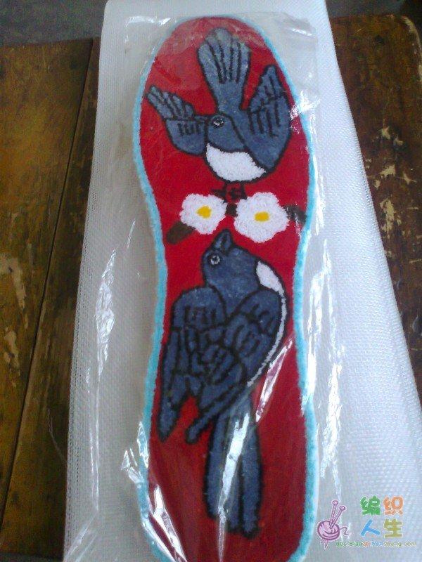 割花艺术过去主要用来制做花鞋的鞋头,因为割花结实耐磨,而现在,割花的花鞋已经很少见到了,割花艺术也由原来的做鞋演变成了今天的制作割花鞋垫。割花鞋垫,也叫割绒鞋垫,是鲁艺中的一种手艺独特的手工制品,割花鞋垫的制作品质,显示着一个女人的手工精巧程度。在过去婚姻还是媒妁之言的时代里,媒人说媒的时候,在怀里揣一双姑娘制作做的割花鞋垫,到了男方家里,只要先把鞋垫拿出能从割花鞋垫的来展示一番,就知道姑娘做活的手艺如何了,也做工上窥测出姑娘的精巧。在抗日战争和解放战争中,沂蒙山区的妇女制作的支前割花鞋垫曾跟随红军战
