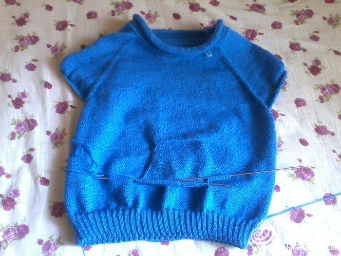 刚织好的儿童毛衣,有从上到下织握手口袋的方法