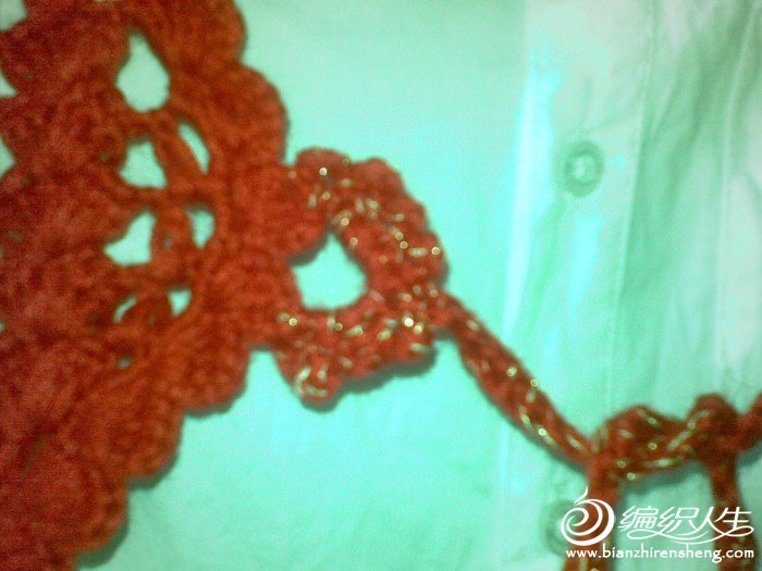 前面还用金丝夹着钩了小绑带