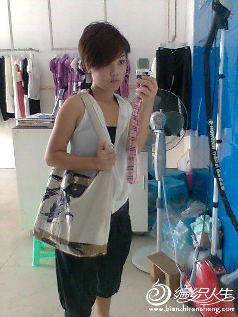 白色麻布包,包底是迷彩布