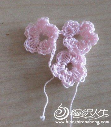 三朵小花放在胸前.jpg