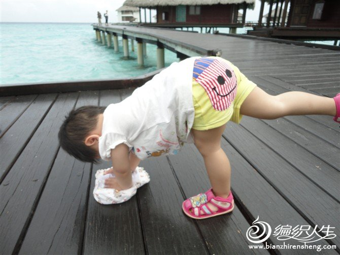 木板太烫宝宝用帽子垫着手
