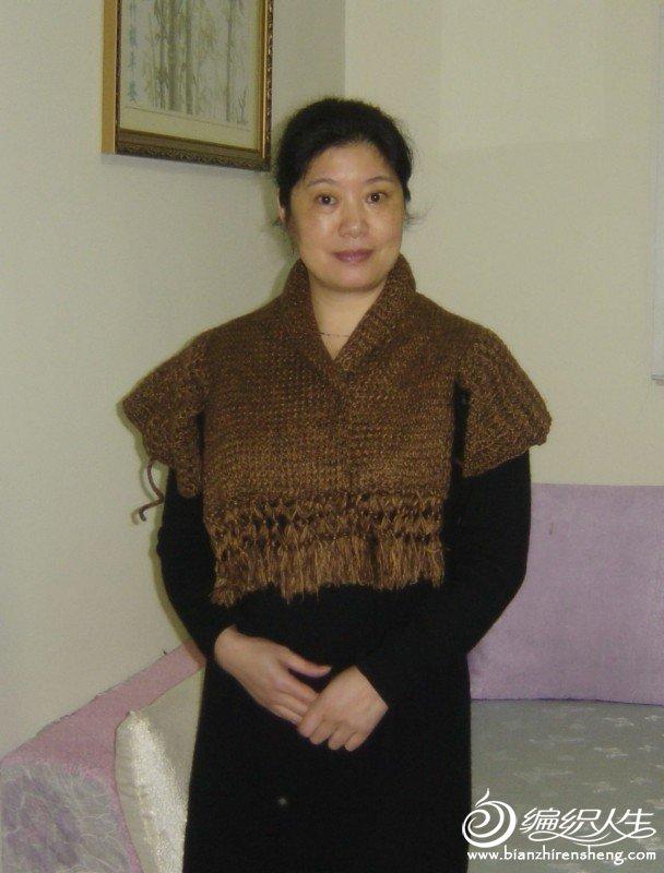 这种穿法,要把袖子和围巾的两边连接,就没有缝隙了。