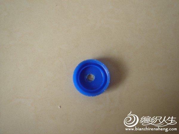 瓶盖用梅花起子在煤气灶上烧热从中间穿个洞.JPG