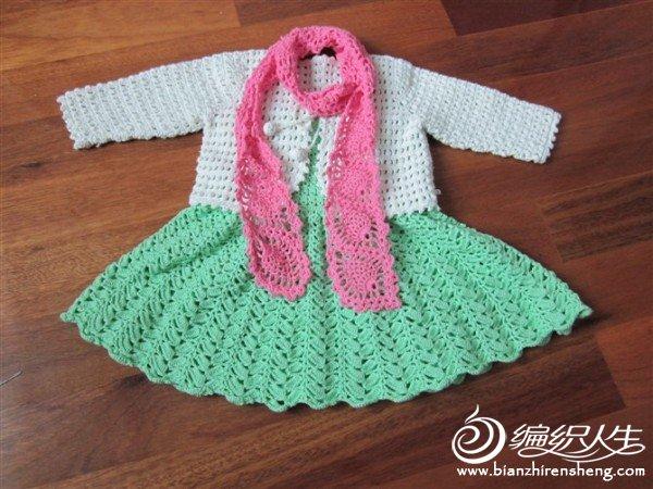 衣服:白色圆棉5股;裙子:浅绿棉线5股;围巾蔷薇粉2股