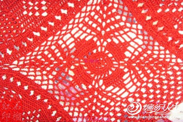 原作品是纯白色的,用一个大圆花,三个半圆花和两个夹角的方块花型组成