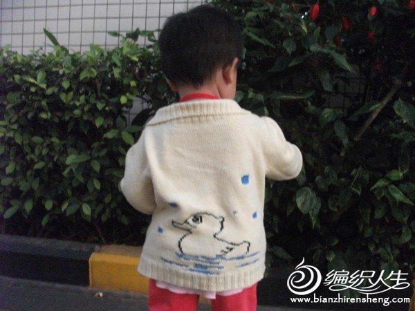 图案是织好了毛衣后绣上去的