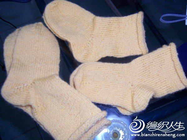 小袜子用15号针编织,起44针,织45行,收放袜底(各6次),再织30行收袜尖(6次)剩余两边各十针平针缝合,颜色拍得失 ...