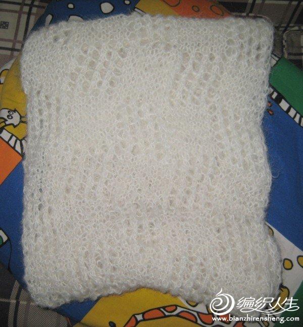 选了织法最简单的镂空花形,拆了原来的一条围巾,编织了这条镂空大脖套