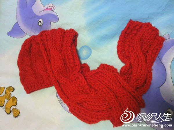 因为围巾织宽了,正着缝围巾的花就看不出来了,只好反着缝合,结果效果意想不到的好,