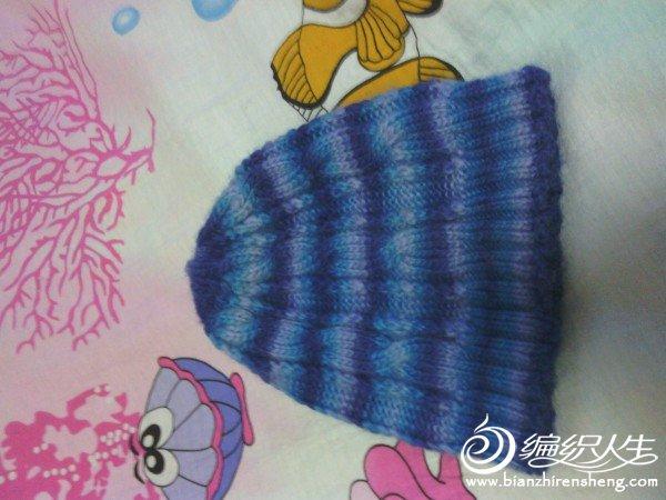 很简单的织法,也很小巧,适合戴在里面,外面加上大衣的大帽子,既保暖又暖和,也很适合男生戴的款式。
