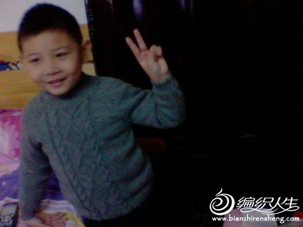 儿子正在看动画片,不太配合,因为穿在2件毛衣外面,所以看起来有点小了。呵呵!