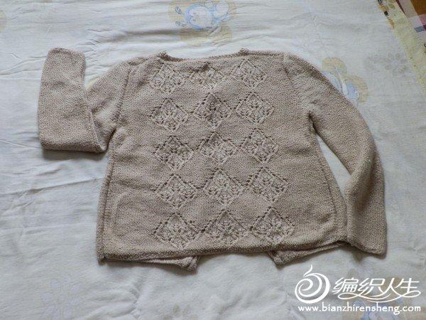 整理衣柜时看到去年拆的旧线,想着放着也是放着,不如织件开襟毛衣穿。