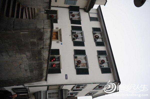 4,瑞士的街头房屋的窗户好像统一的格式.jpg