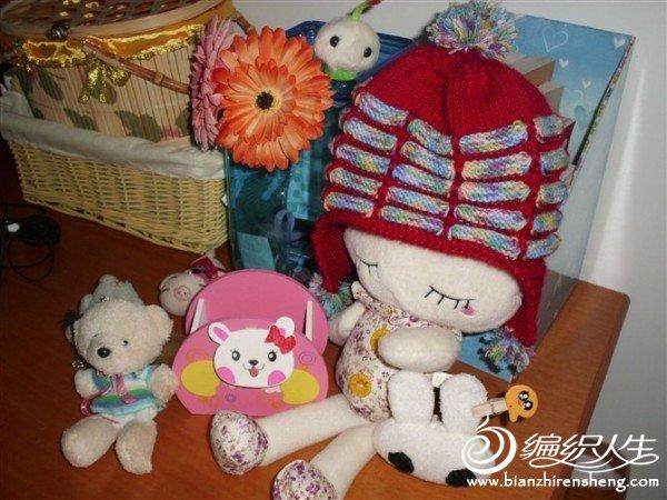 织的时候宝宝还未出生,就戴在小兔上,拍了几张。(~ o ~)~zZ