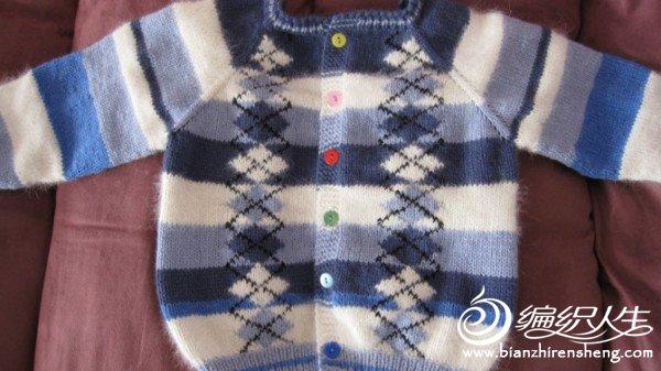 这件是用平时编织剩余的线编的,可惜织大了,儿子明年穿应该合适了!