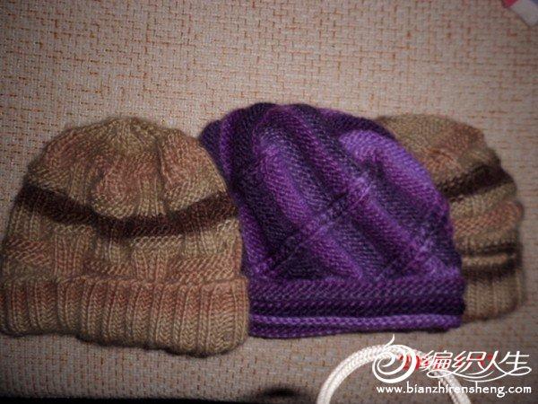 两顶同色不同花样的帽子——分别给公公和爸爸的