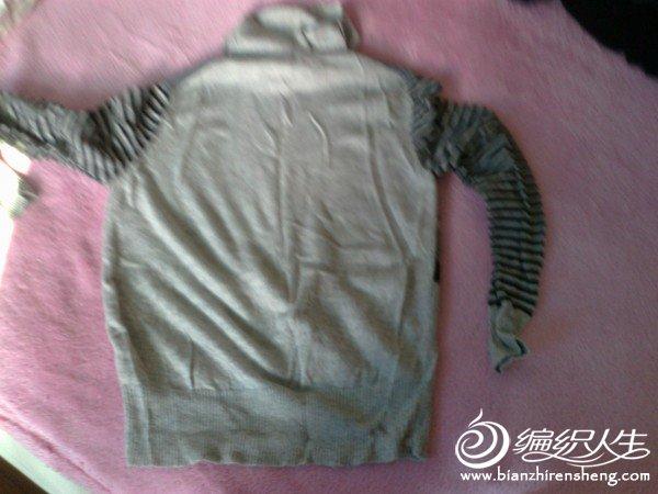2.100%羊毛衫8成新,无起球,缩水等情况,灰色条纹,35元。