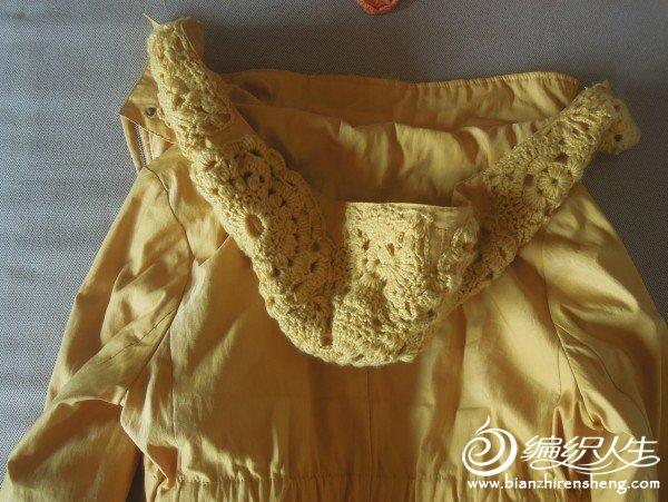 在衣领上加了同色毛线钩花,变得与众不同了。