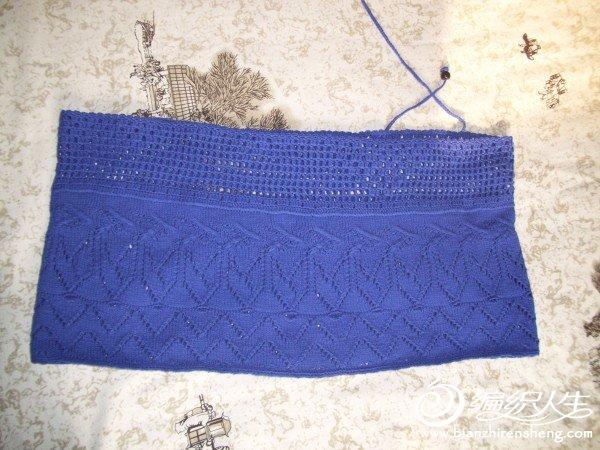 这是一件旧毛衣的底摆,剪下来再加工一下,成了围巾