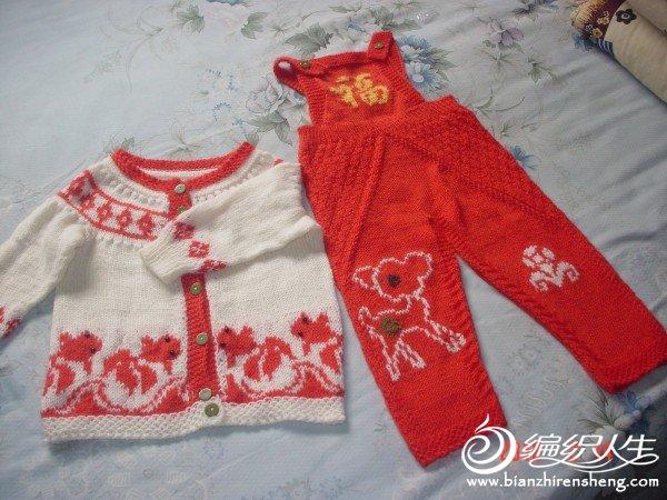 红色的金鱼衣和小鹿背带裤