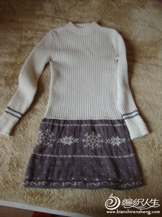 小姑娘的白毛衣短了,我妈用家里的零碎线给加长了一截,小姑娘穿上挺好看像条小包裙,。