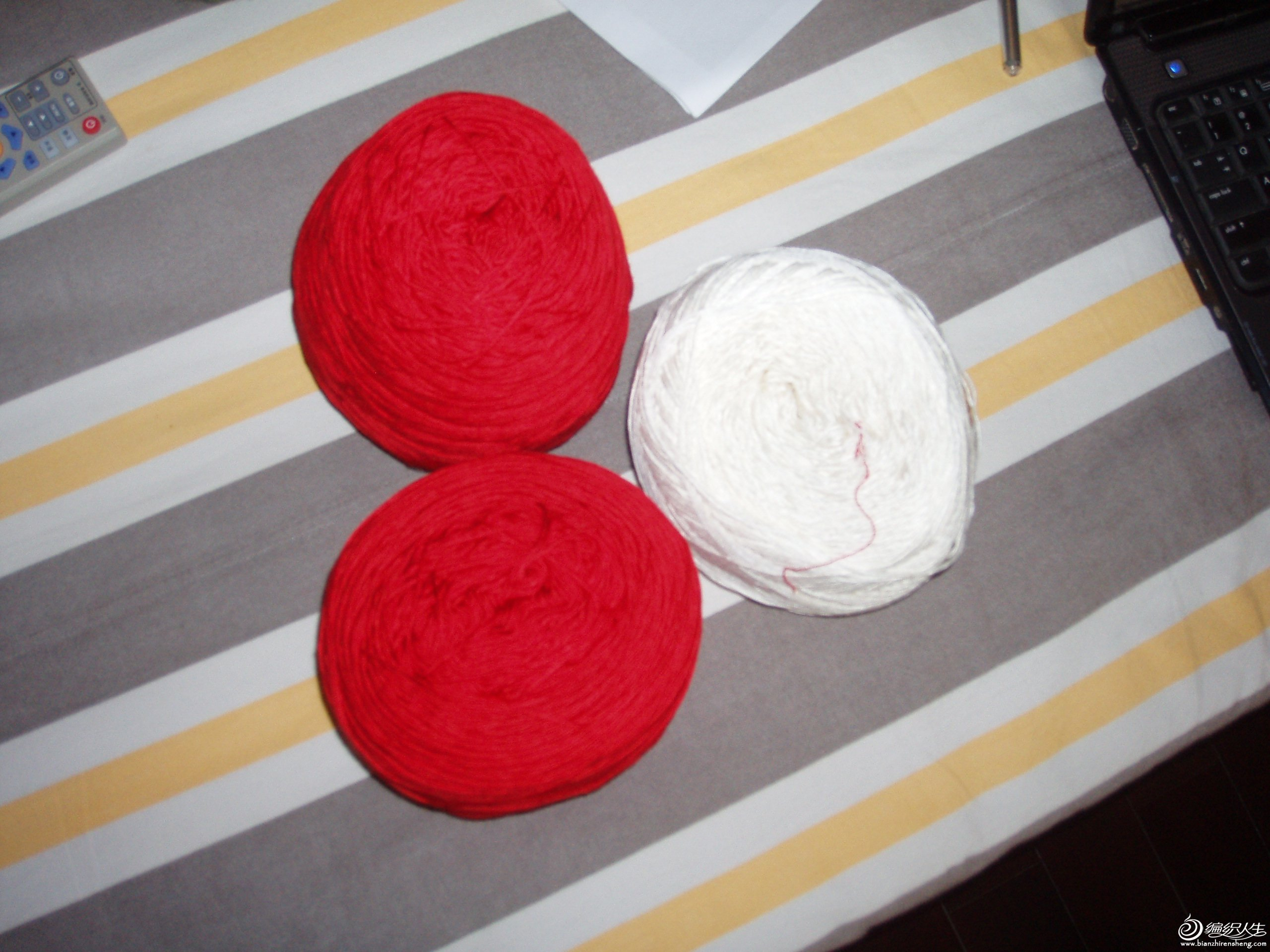 白色和大红色