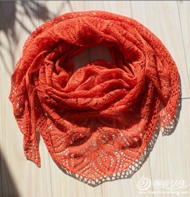 前段时间织的落叶,颜色很不错吧,线很一般的,边收得有点紧,定型的时候没拉出尖角。现在送给好朋友了。