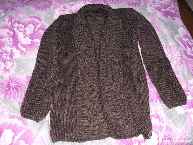 领子是另外编的双螺纹针后缝上去的,看似围巾,其实是衣领,很有特色
