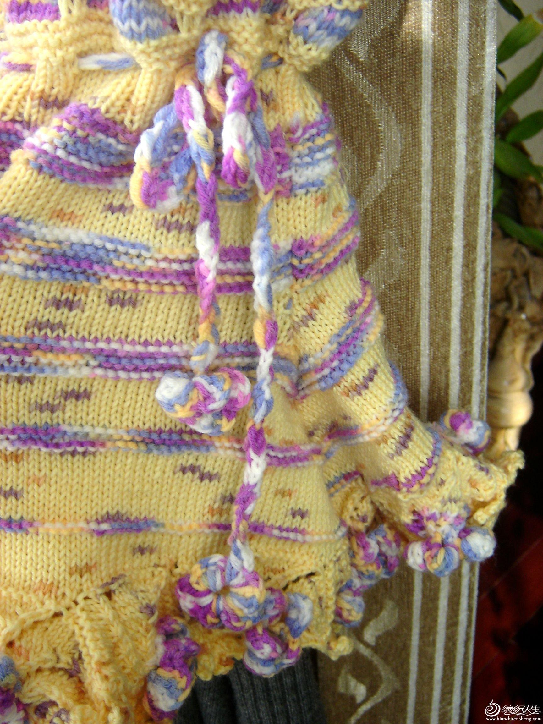 衣服腰间有一个带子,衣服下方织了一圈螺旋花,螺旋花的中间钩了一个小花,很是漂亮啊,我觉得这是这个衣服 ...