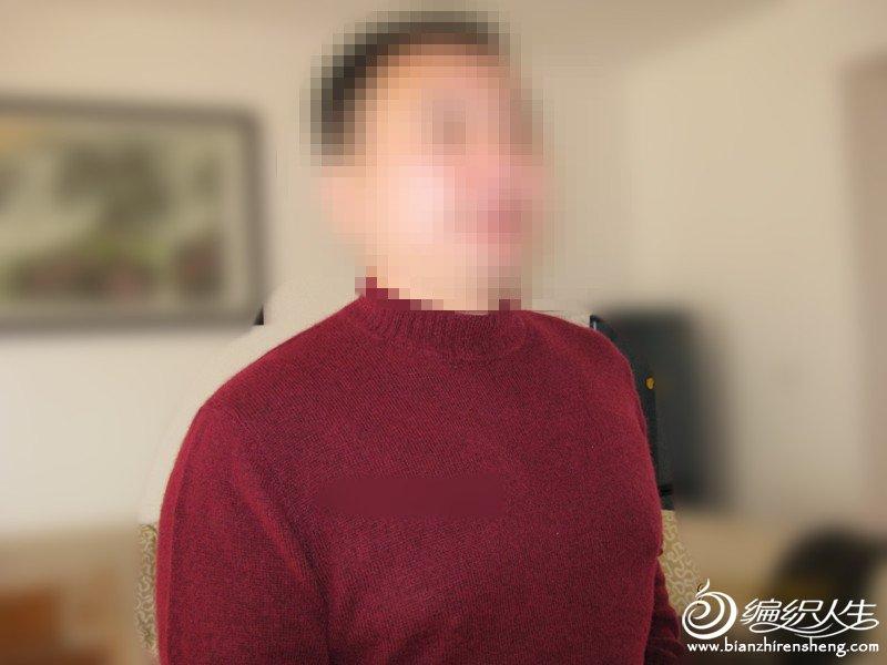 菲儿家的山羊绒LG的毛衣,手感很好,边织边掉毛,水洗时水面上会浮起一层的毛毛,会脱色,还好穿后不起球