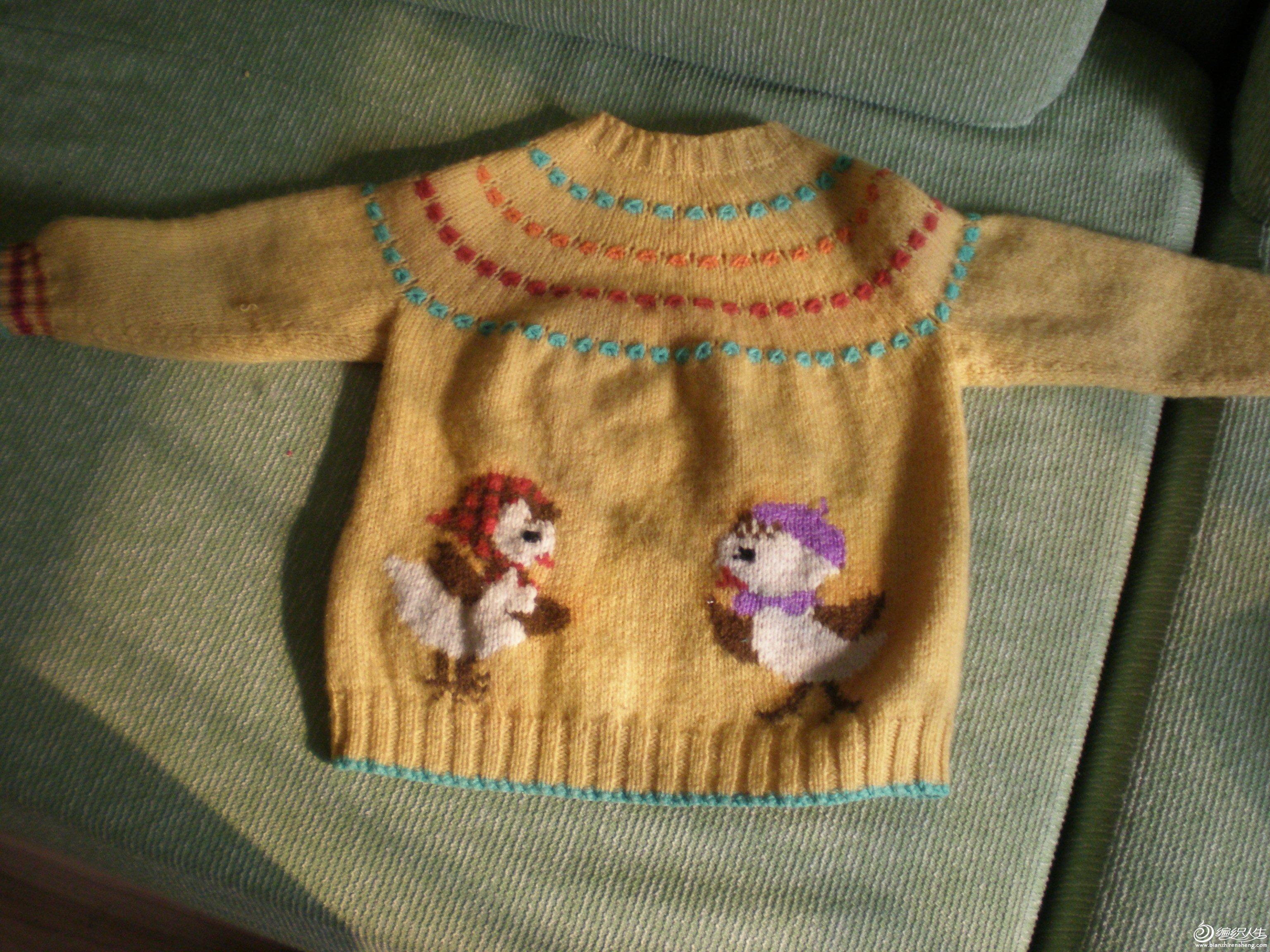 本帖最后由 白羊爱小猪 于 2011-4-9 11:19 编辑   先上片片。看看,以前只织过套头的背心,没织过袖子和开衫,这件是我织的第一件长袖开衫,所以这次织完收获蛮多。这里介绍一下简要方法吧。中间过程没拍下照片来,都是文字描述,大家将就看看啊。   我还是用的从下往上织的传统方法,没用从上往下的插肩式,觉得后者可能打出来的毛衣穿里面袖子会较肥,边边的单罗纹用14号针,主体用13号针。成衣尺寸:衣长45CM、袖长38CM、胸围70CM、肩宽31CM、领围32CM、前襟宽2CM、腰高26CM、领高3CM