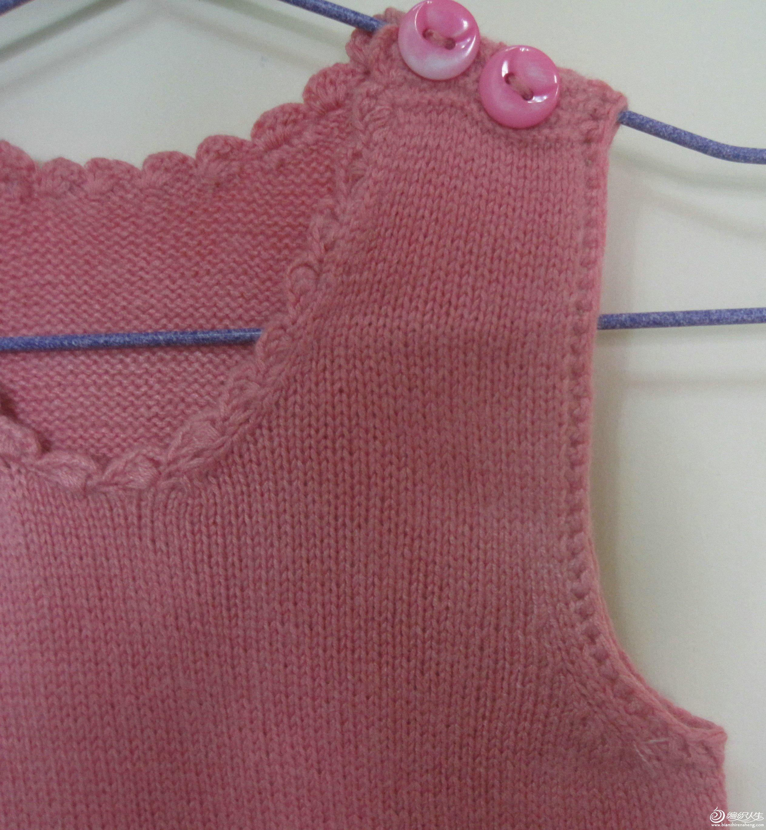领边和袖边都是钩的,很省事也好看!一个辫子钩一个长针。