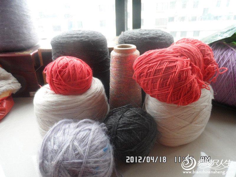 这个是3斤羊仔毛,两团羊绒混纺线。一桶亮丝线。还有两团圆棉线。100包邮