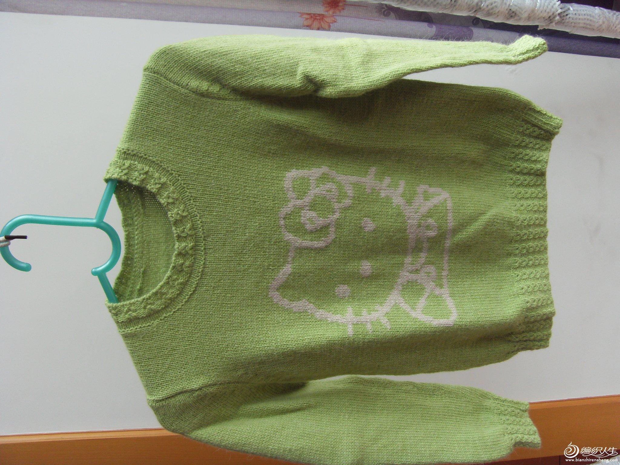 前阵买的兔绒,试着织的,织大了,前面的图案是孩子一直想要的