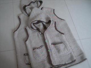 马夹和我这件是母女衫!  线是扁带棉!颜色好像谈了些!