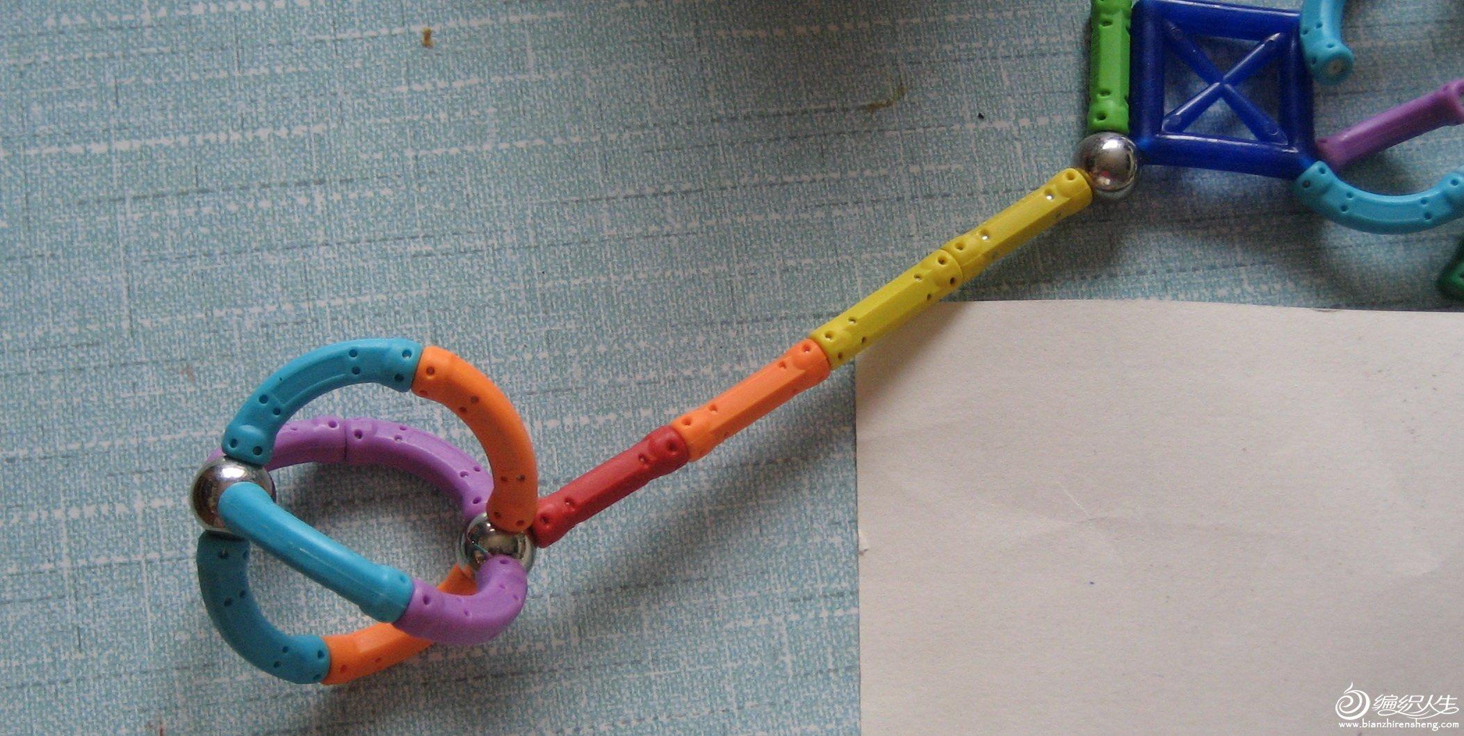 磁力棒短棒0.1元1根,弯棒0.12元1根,连接球0.08元1个,可拼成下图,买得多送切水果玩具