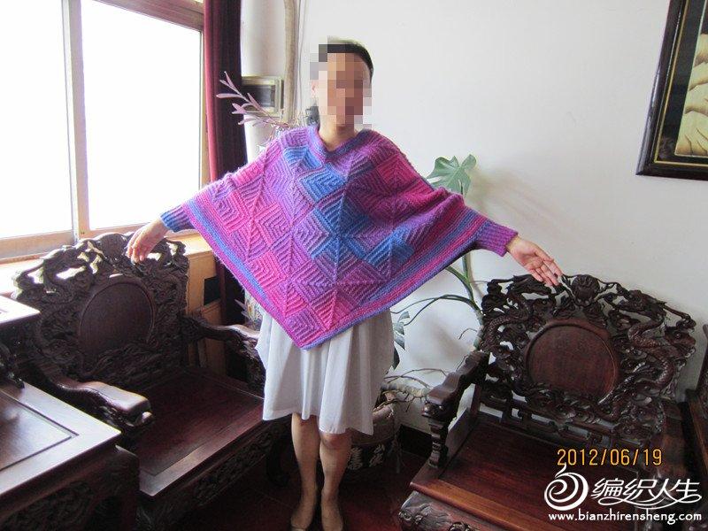 这是用粗毛线编织的,适合北方寒冷天气穿着