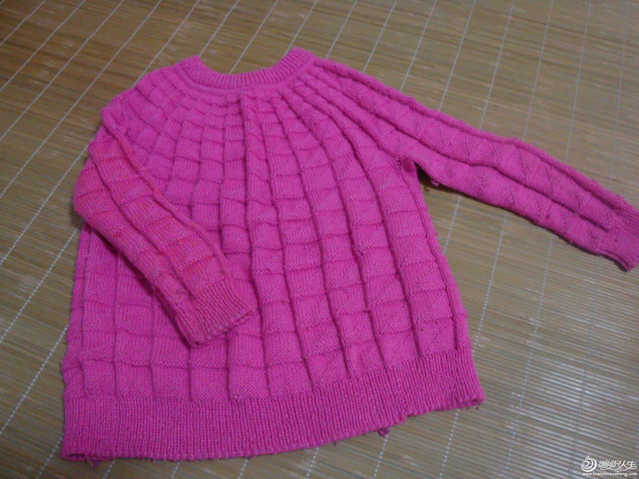 前年学织的一件女儿毛衣,刚开始织没买好线,织得也不太好,将就看看吧,已经穿得很旧了。