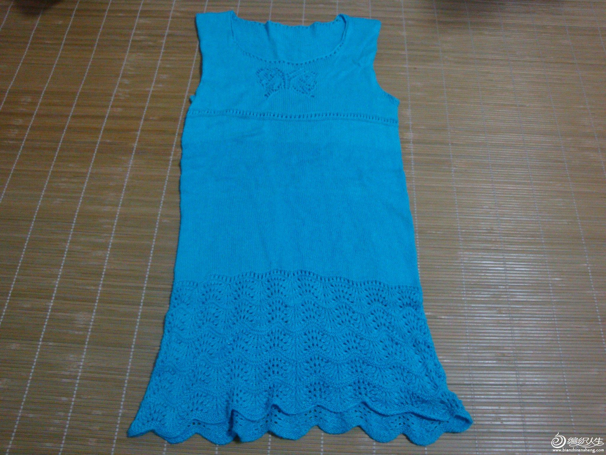 今年给女儿织的毛衣背心裙,花样是自己随便织的。用的是蚕丝羊绒线,洗后拉得特别长。(分二次买的线,有点 ...
