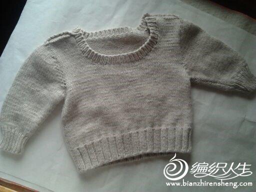 周岁左右男宝宝穿的毛衣,肩部可订上漂亮的扣子。