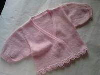 出生时婴儿穿的对襟毛衣,可系带或订扣子,下次再织淡黄和淡蓝的,送人或保存吧。