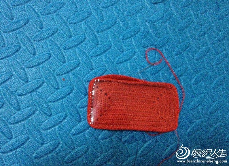 最后用针把2片缝起来 在当头留一个面不缝 在不缝的中间钩一个环 另一边缝上扣子 一个手机套就钩好了