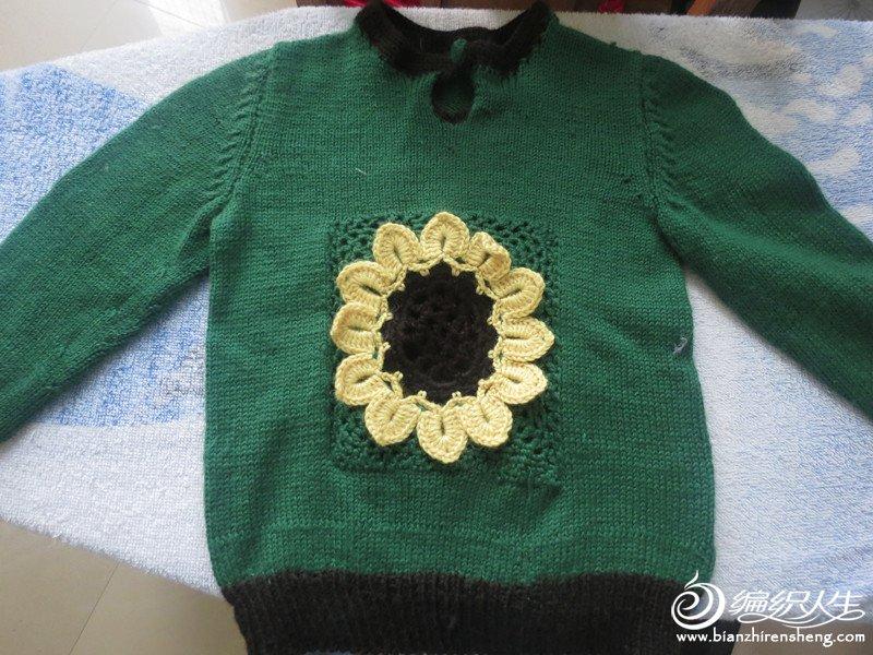 这是毛衣的正面图,绿色的底配上黄色的太阳花。像是太阳花生长在绿油油的草丛里