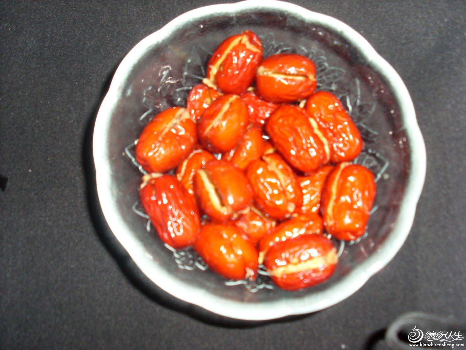 1.红枣洗净放入冷水中浸泡最少3小时或过夜(需放冰箱冷藏)。
